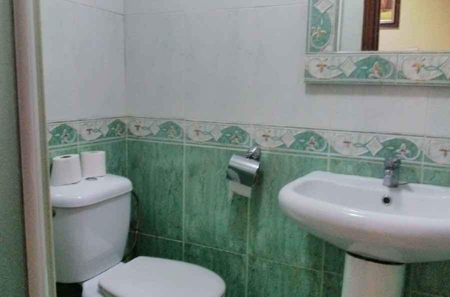 Baño de una habitación del hostal